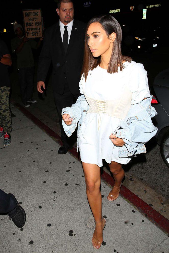 Kim-Kardashian-rocked-a-new-sleek-bob-at-The-Nice-Guy-in-West-Hollywood.