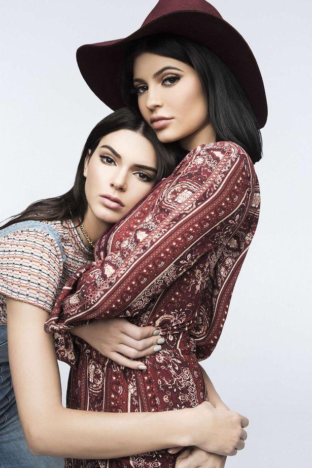 Kendall & Kylie Jenner Kuondoa T-shirt Zenye Sura Ya 2 Pac Na B.I.G Katika Bidhaa Zao