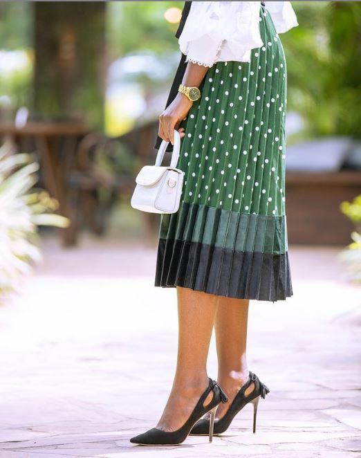 How Fashionista Azure Kange Styled Pleated Skirt's